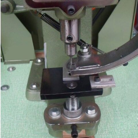 Automatic eyelet machine process tags labels