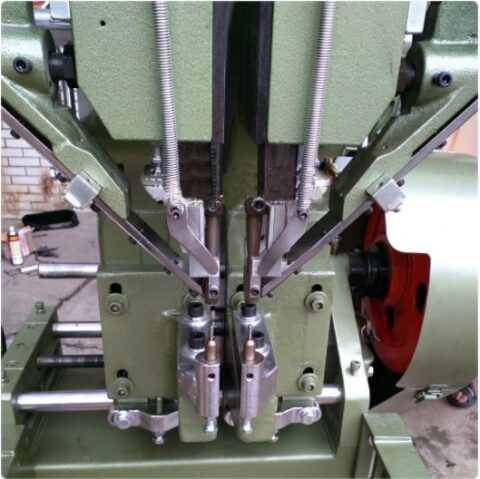 Automatic feeding riveting machine dual side